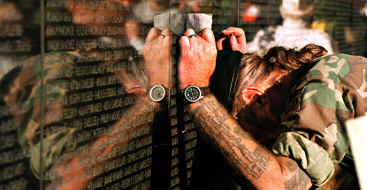 MEMORIAL REMEMBRANCE THE WALL CEREMONY NAMES FATIGUES EMOTION